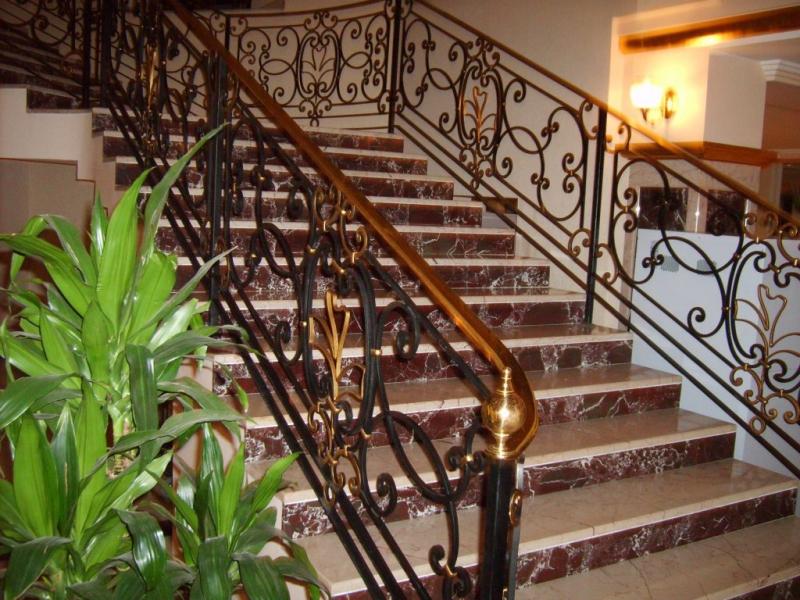 Преимущества кованых ограждений для лестниц.